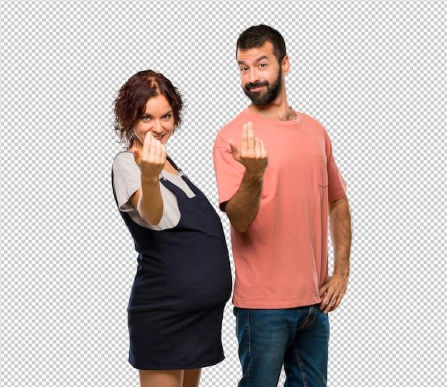 Couple avec femme enceinte présentant et invitant à venir avec la main