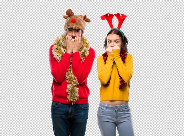Un couple habillé pour les vacances de noël est un peu nerveux et effrayé