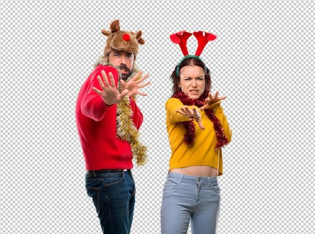Un couple habillé pour les vacances de noël est un peu nerveux et a peur de s'étirer