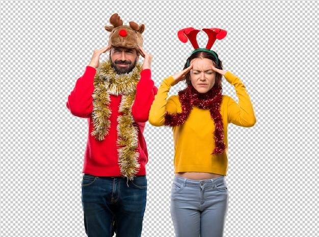 Couple habillé pour les vacances de noël malheureux avec quelque chose. expression faciale négative