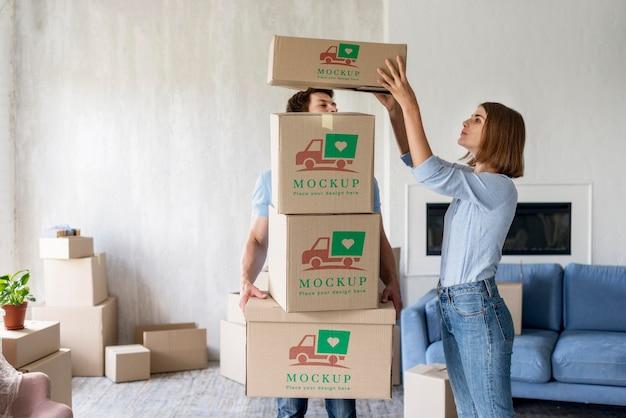 Couple holding boîtes pour leur nouvelle maison