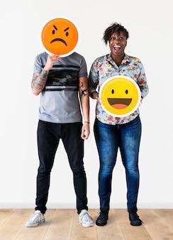 Couple interracial tenant un visage émoticône expressif