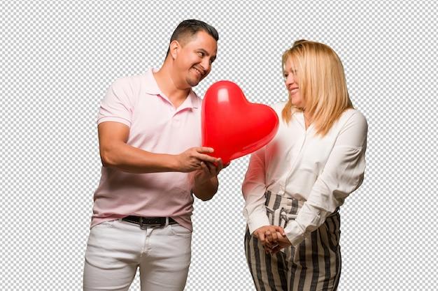 Couple latin âgé célébrant la saint valentin