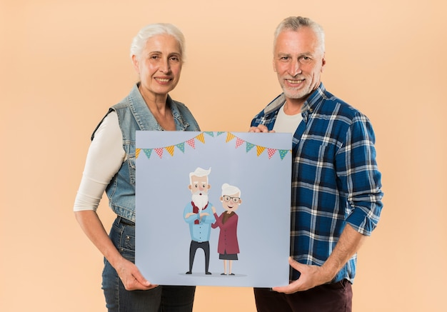 Couple de personnes âgées présentant le conseil pour la journée des grands-parents