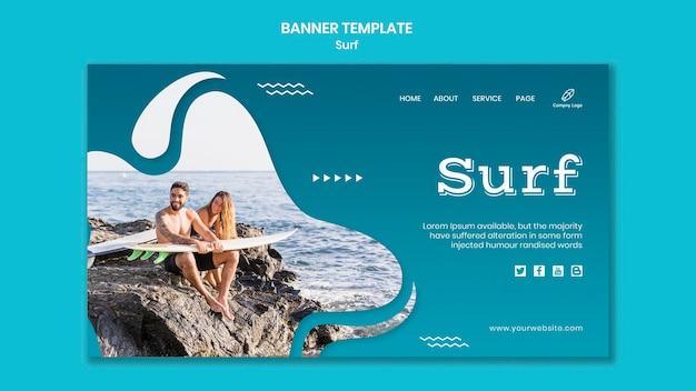 Couple avec des planches de surf assis sur la bannière de roches