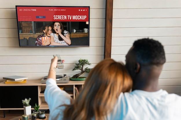 Couple regardant netflix sur un écran de télévision maquette