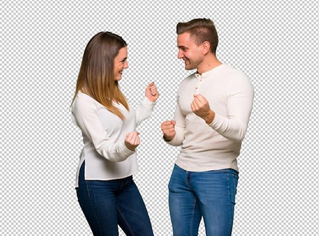 Couple à la saint valentin célébrant une victoire en position de gagnant