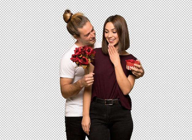 Couple à la saint-valentin avec des fleurs et des cadeaux