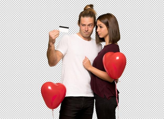 Couple en saint valentin prenant une carte de crédit sans argent