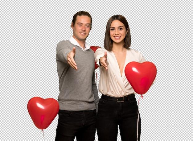 Couple en saint valentin se serrant la main pour conclure une bonne affaire