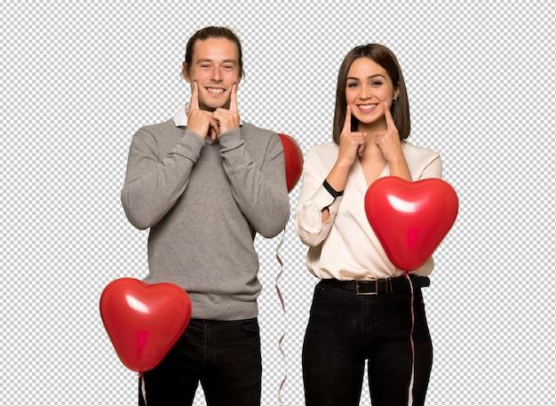 Couple en saint valentin souriant avec une expression heureuse et agréable