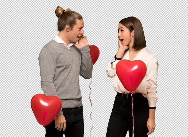 Couple en saint valentin surpris et choqué en regardant à droite