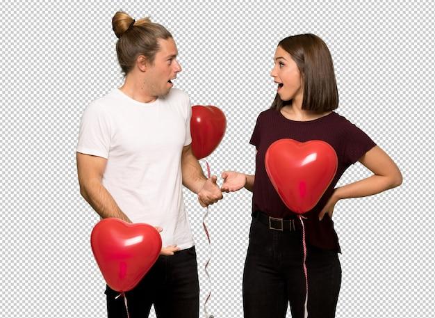 Couple en saint valentin avec surprise et expression faciale choquée