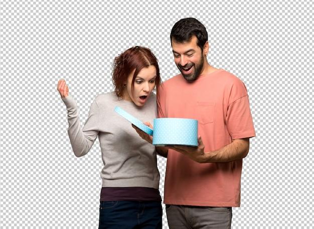 Couple, saint valentin, tenue, coffret cadeau, dans, mains
