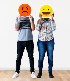 Couple tenant un visage d'émoticône expressif