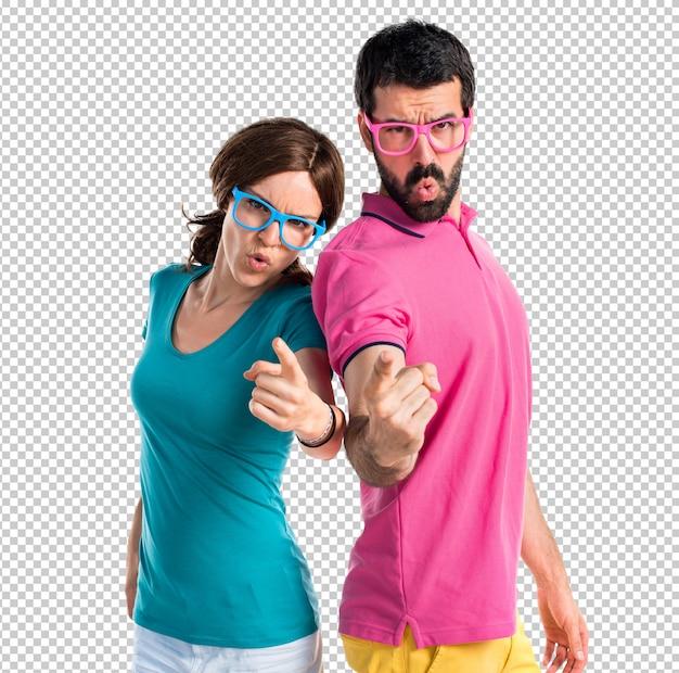 Couple en vêtements colorés