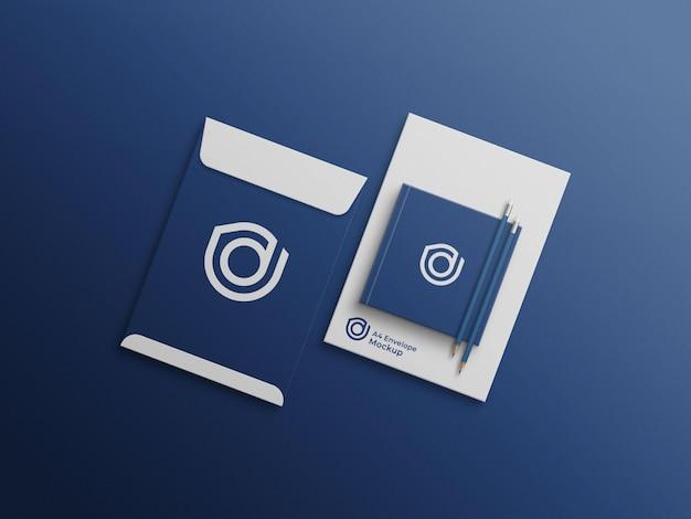 Couverture de livre carrée sur maquette d'enveloppe a4