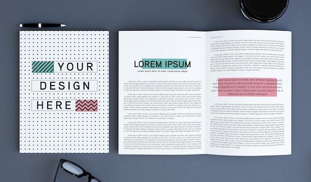 Couverture de magazine et pages vue de dessus maquette de rendu 3d
