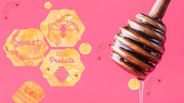 Cuillère en bois avec du miel frais
