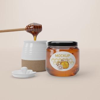 Cuillère à miel en bois avec du miel