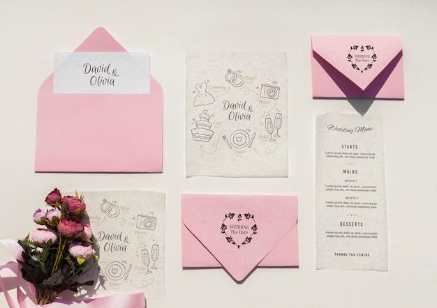 Décoration de mariage dans des tons roses avec collection d'enveloppes
