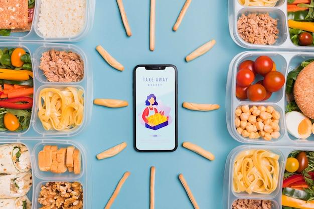 Déjeuner au travail avec mobile sur le bureau