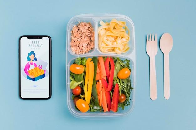 Déjeuner au travail avec mobile