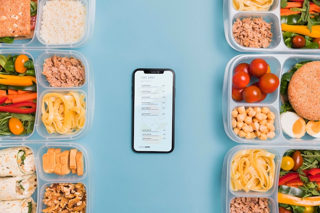 Déjeuner au travail avec téléphone portable à côté