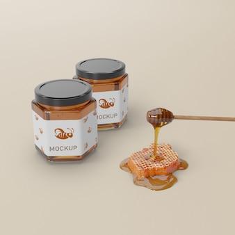 Délicieux miel sur des bocaux