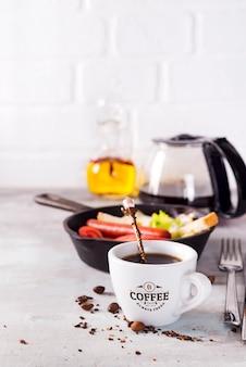 Délicieux petit déjeuner frais avec œuf à la coque, toasts croustillants et tasse de café