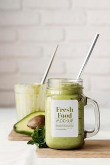 Délicieux smoothie végétalien dans un arrangement de maquette de destinataire