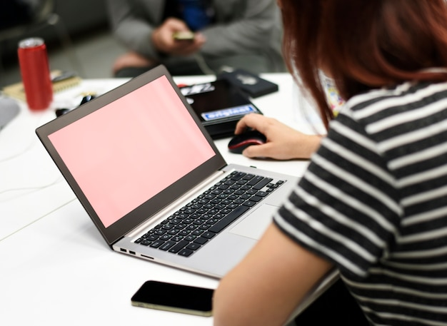 Démarrage des gens d'affaires travaillant sur l'espace de copie d'ordinateur portable