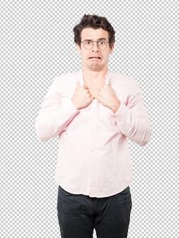 Déprimé jeune homme posant