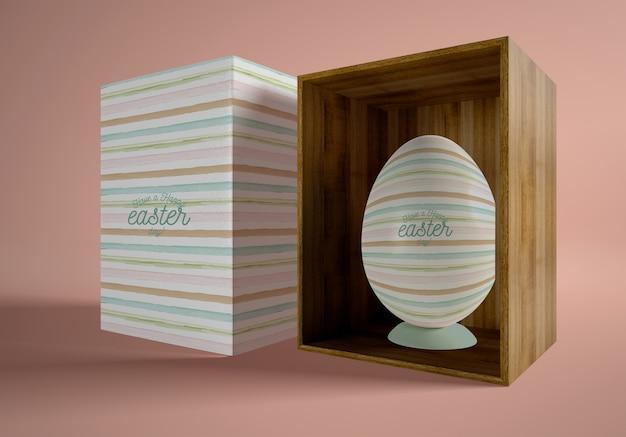 Dessin animé et boîte en bois avec oeuf de pâques