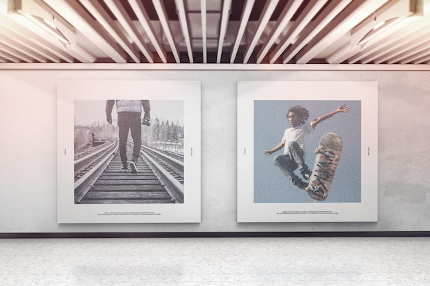 Deux affiches carrées sur la maquette du mur de l'exposition