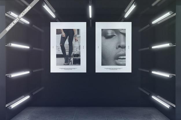 Deux affiches dans la maquette de la salle d'exposition rougeoyante
