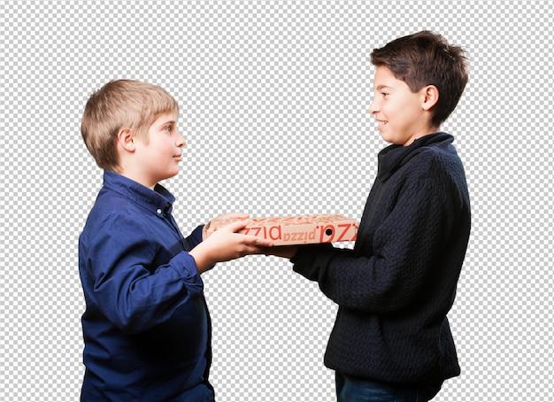 Deux enfants amis tenant des pizzas