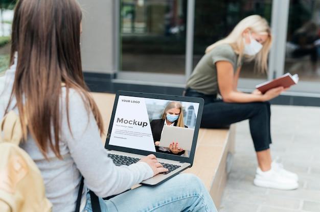 Deux femmes gardant une distance sociale à l'extérieur