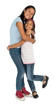 Deux filles asiatiques embrassant le concept de convivialité