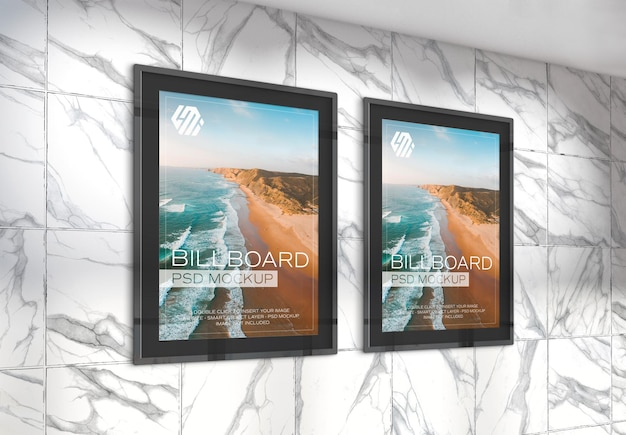 Deux panneaux d'affichage verticaux dans la maquette de la station de métro