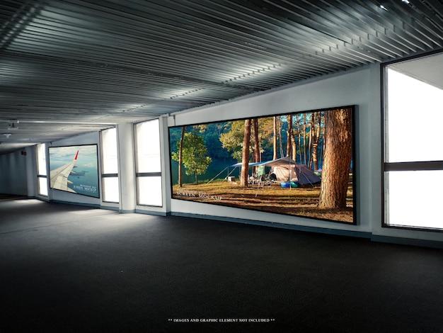 Deux panneaux d'affichage vierges dans le modèle de maquette de l'aéroport