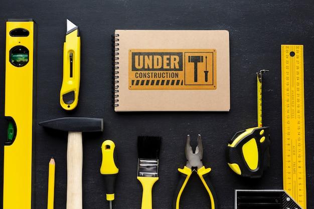 Différents outils de réparation avec maquette de bloc-notes