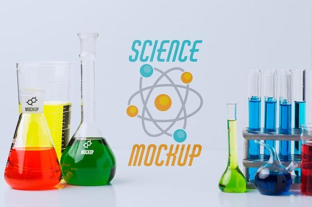 Disposition des éléments scientifiques avec maquette murale