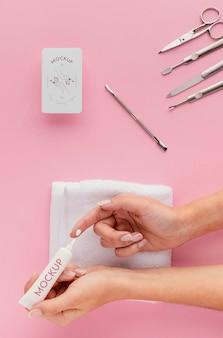 Disposition de produits de soin des ongles avec maquette