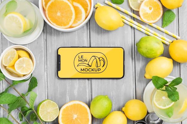 Divers citrons et maquette de téléphone mobile