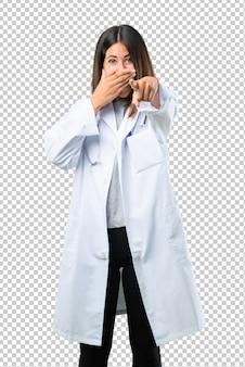 Docteur, femme, stéthoscope, pointant doigt, quelqu'un, beaucoup, rire