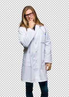 Docteur homme avec des lunettes et souriant