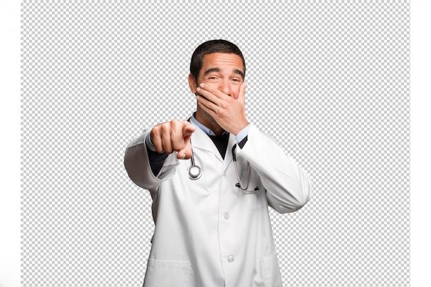 Drôle docteur se moquer de toi sur fond blanc
