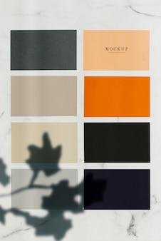 Échantillon de papier coloré, maquettes carrées sur une table en marbre