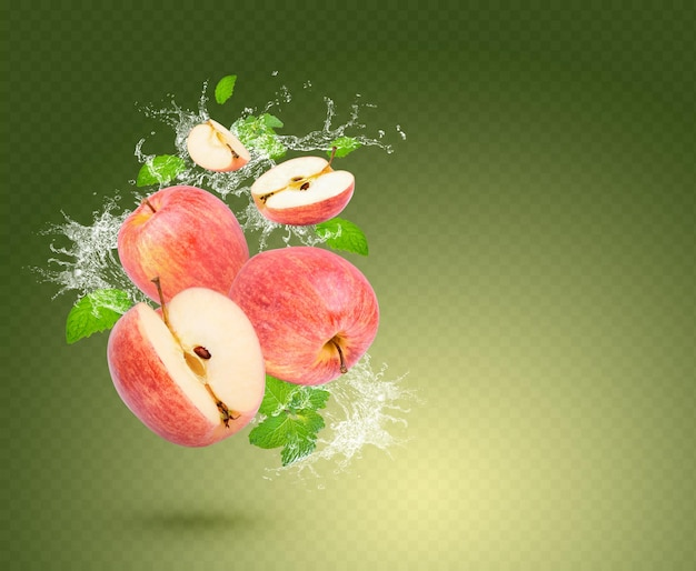 Éclaboussure d'eau sur pomme fraîche avec des feuilles de menthe isolées